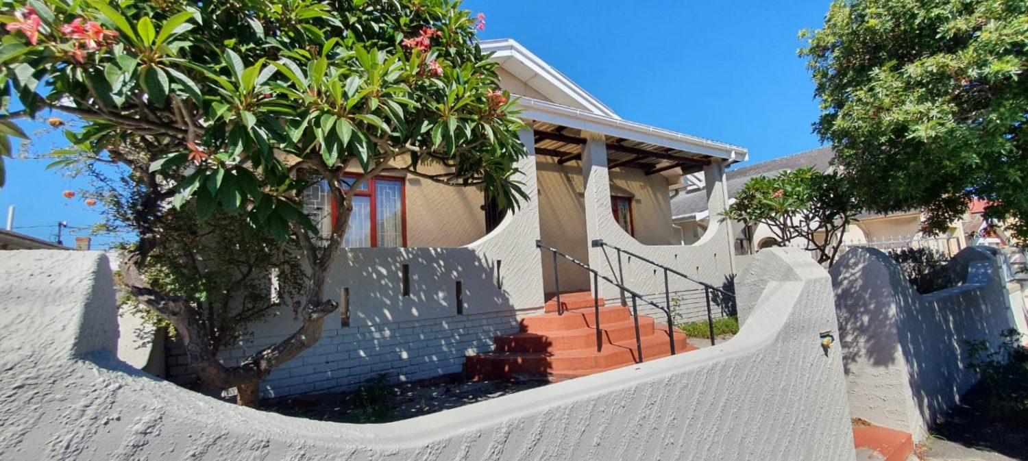 For Sale : A Large Family Home (6 Bedrooms) – Rylands R2.6 Million